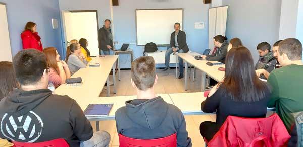 Dihuit joves comencen un curs gratuït de màrqueting i comunicació digital a Ibi